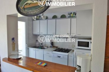 canyelles petites: villa 133 m², cuisine semi ouverte équipée avec des rangements