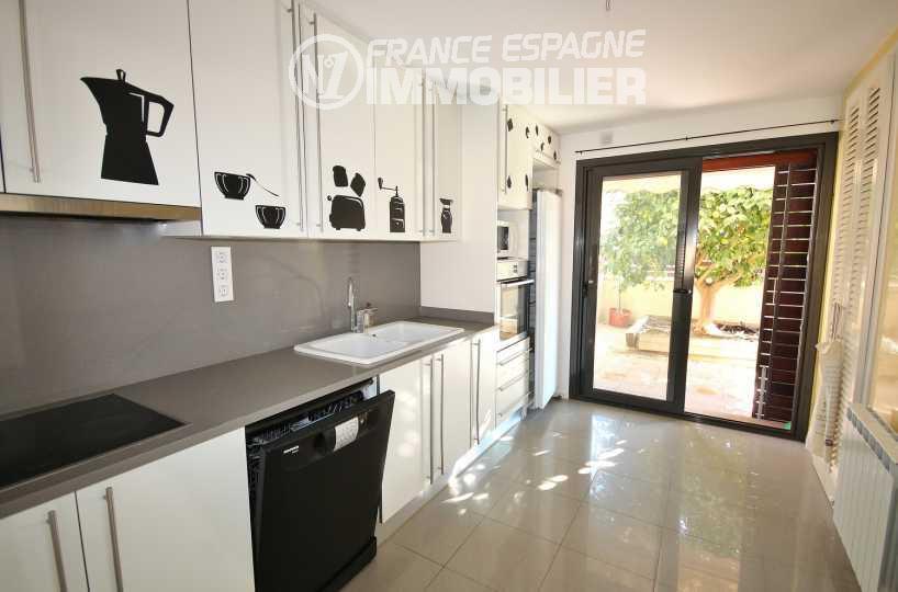 maison a vendre espagne, ref.3217, porte fenêtre de la cuisine ouvrant sur une terrasse