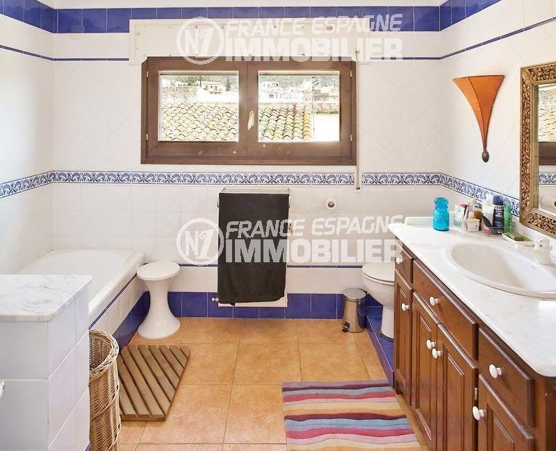 immo costa brava: villa ref.354, salle de bains: baignoire, meuble vasque et wc