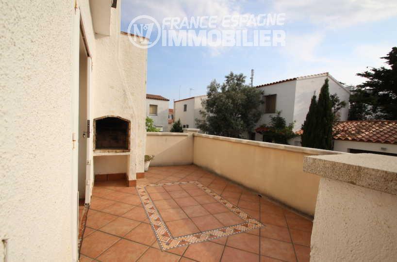 immo roses: villa ref.3006, terrasse avec barbecue accès au salon / séjour