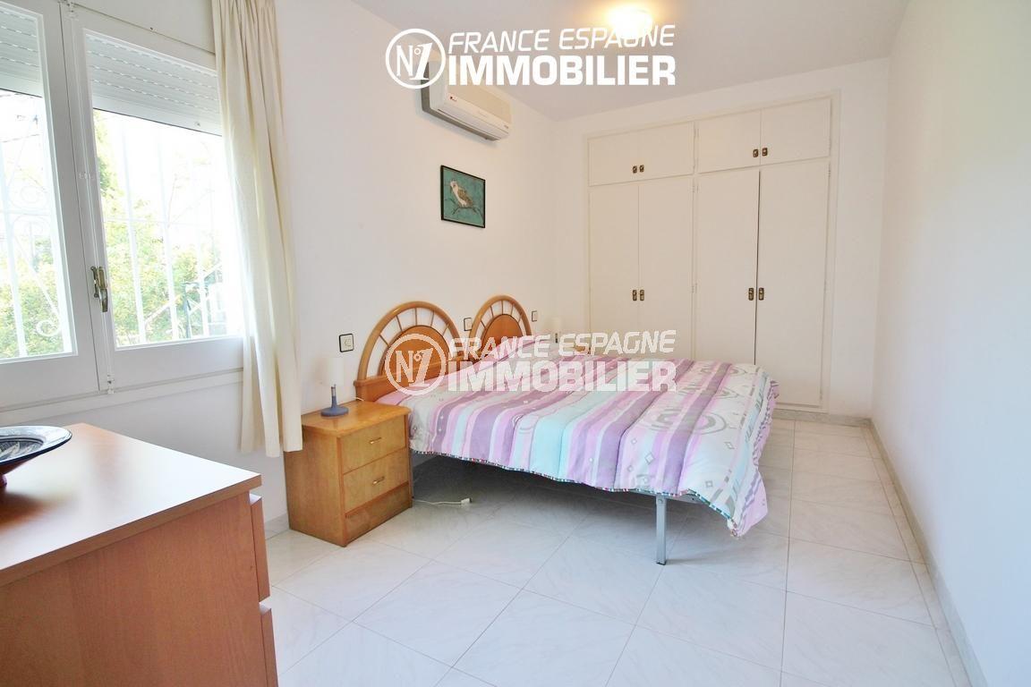 achat appartement rosas, ref.3148, première chambre avec lit double et placards