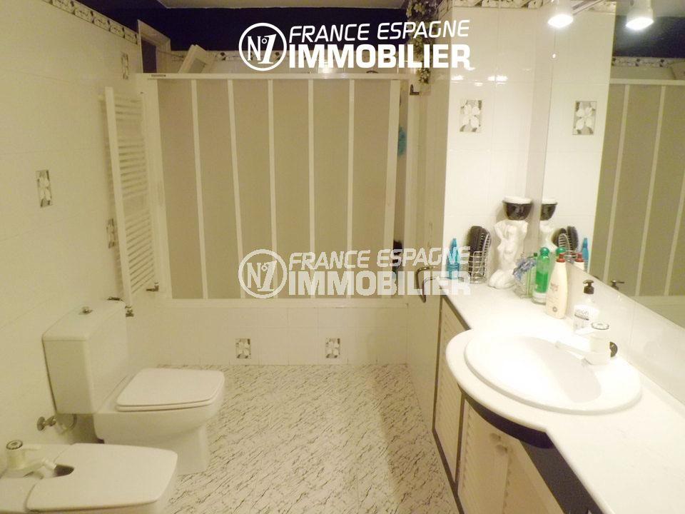 roses espagne: salle de bains avec toilettes de l'appartement ref.1980