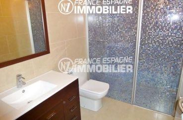 agence empuriabrava: villa 120 m², salle d'eau avec cabine de douche, vasque et wc