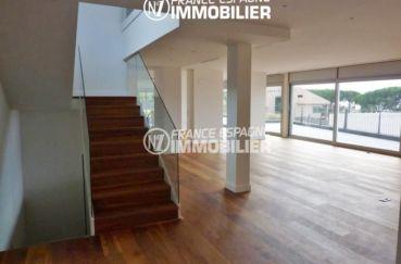 maison a vendre a rosas, ref.2391, grande pièce de vie accès terrasse et escalier