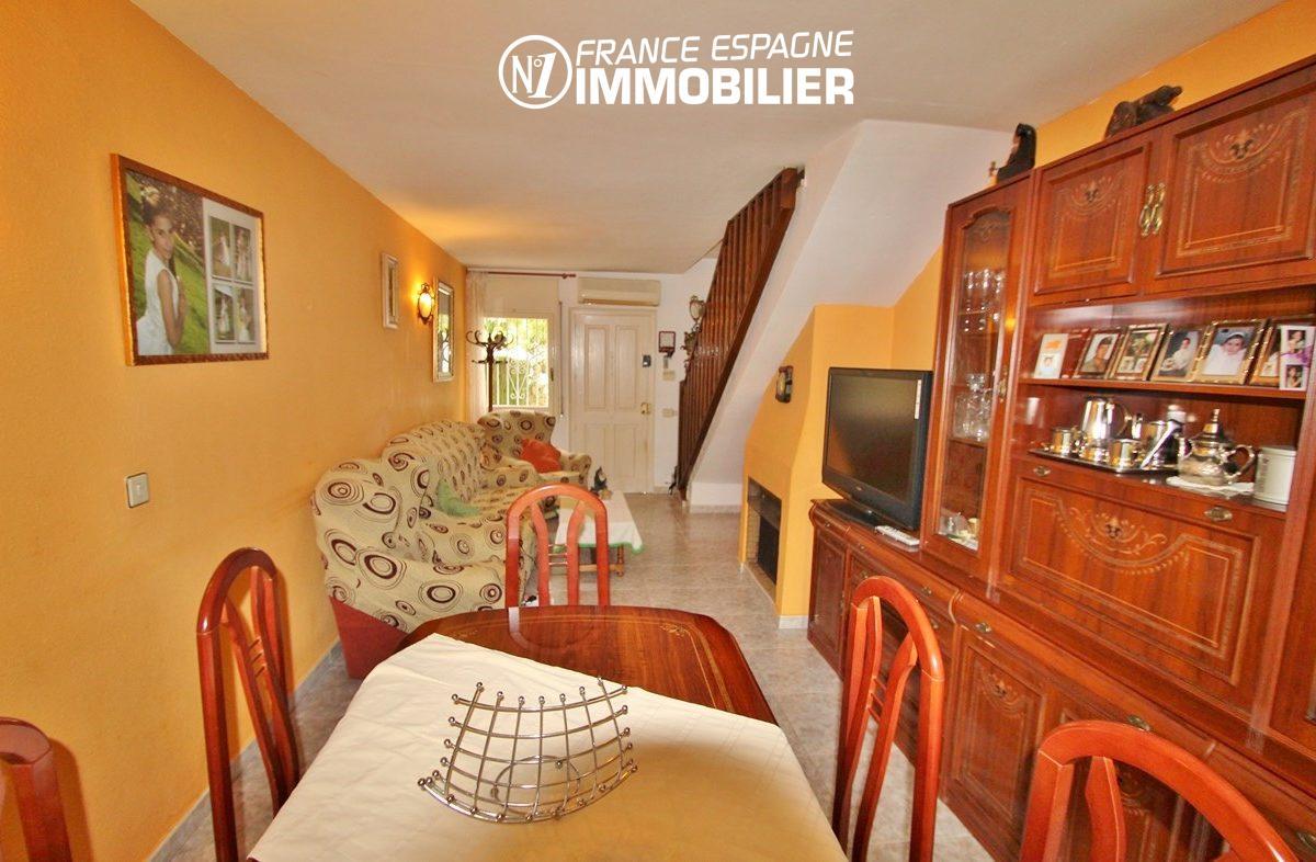 rosas immo: villa ref.2824, aperçu du salon / séjour avec cheminée et rangements
