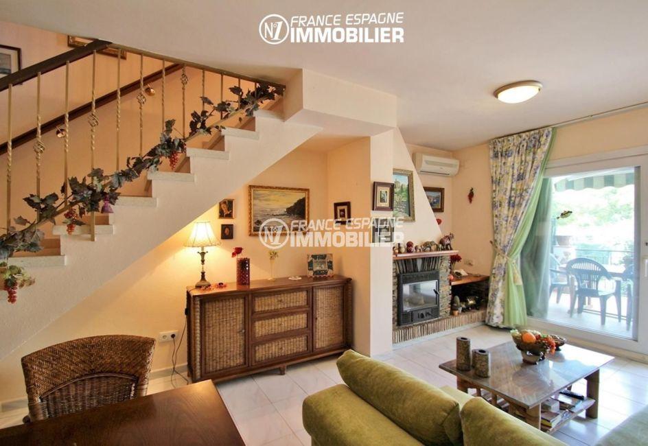 agence immobiliere empuriabrava: villa ref.3271, vue séjour, terrasse et escalier vers l'étage