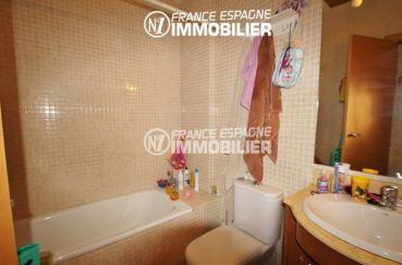 maison a vendre espagne, ref.2047, première salle de bains avec baignoire, vasque et wc