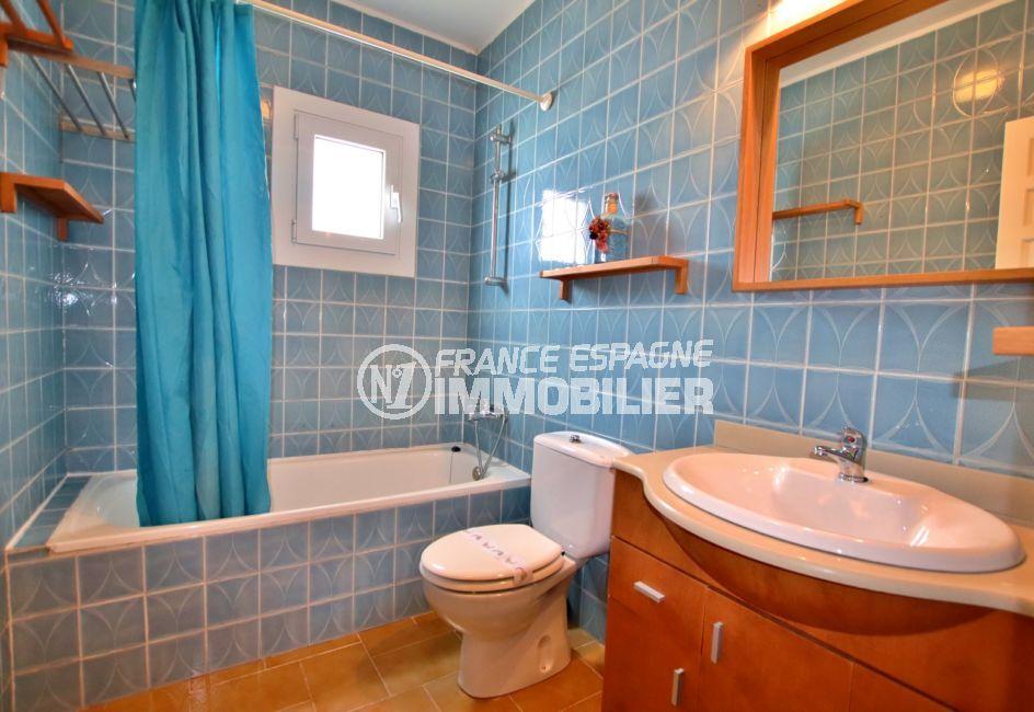 immo roses: villa 2 chambres 75 m², salle de bain avec baignoire et toilettes