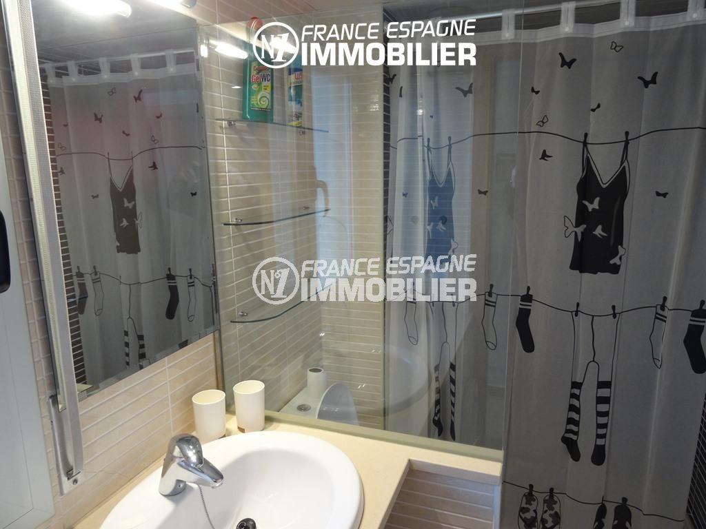appartement costa brava, ref.2507, salle de bains avec baignoire, vasque et toilettes