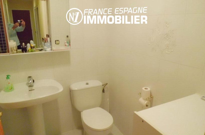 appartement costa brava, salle de bains, vasque et toilettes | ref.1980,