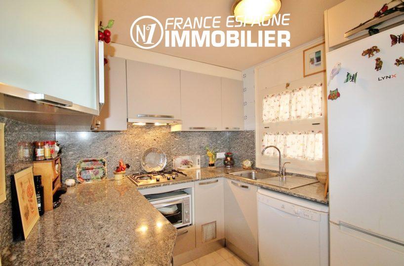 agence immo empuriabrava: villa ref.3271, vue latérale sur la cuisine aménagée