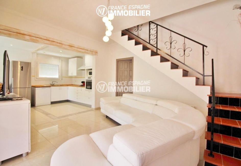 maison a vendre espagne, 4 pièces 150 m², séjour avec joli escalier, accès chambres