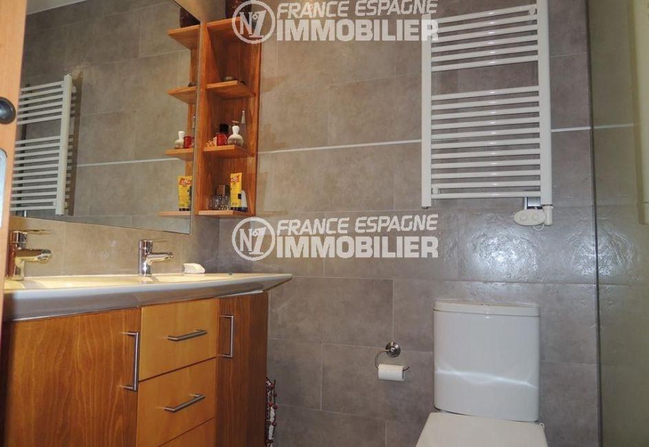 la costa brava: villa ref.2470, salle d'eau avec un meuble vasque et toilettes