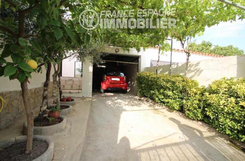 roses immobilier: villa ref.3006, vue sur l'allée qui dessert le garage