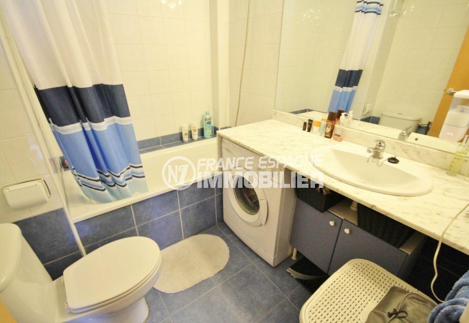 appartement à vendre à rosas espagne, standing, salle de bains avec baignoire, vasque et wc