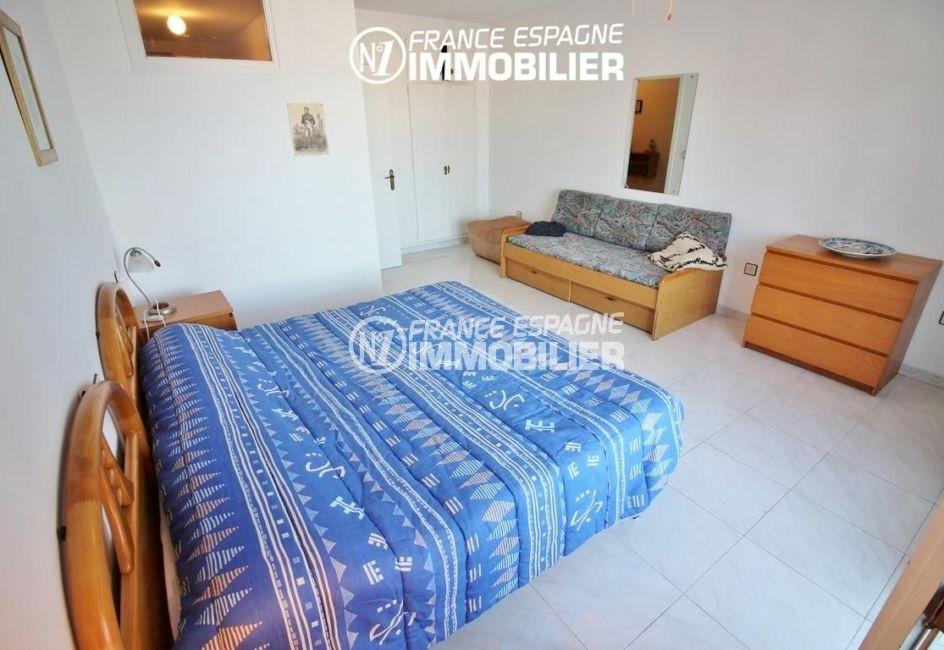 la costa brava: appartement ref.3148, troisième chambre avec lit double, sofa et placards