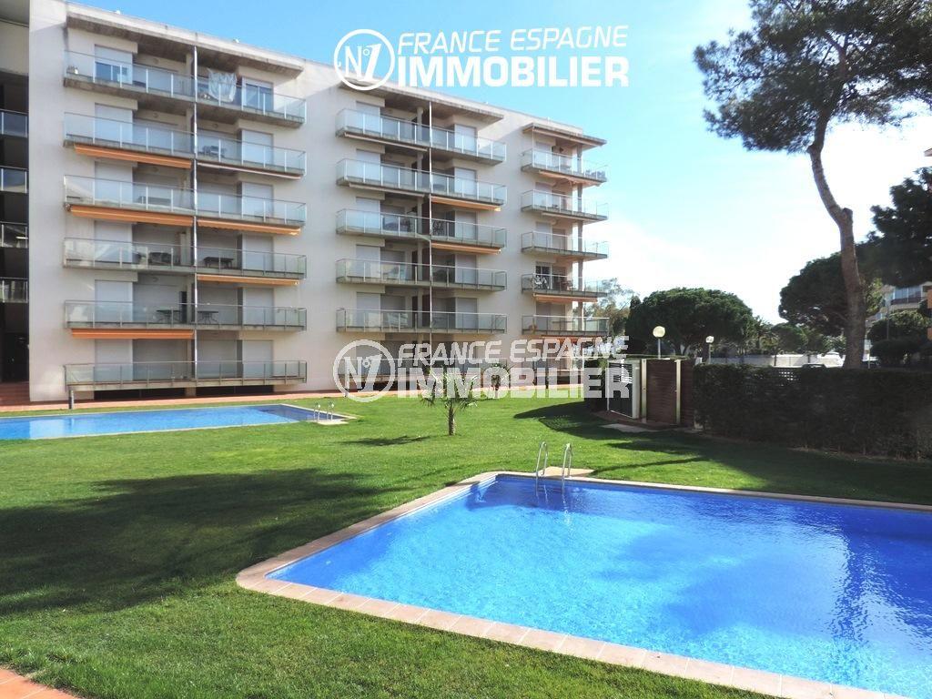 appartement a vendre rosas, ref.2117, aperçu du jardin et de la piscine communautaire