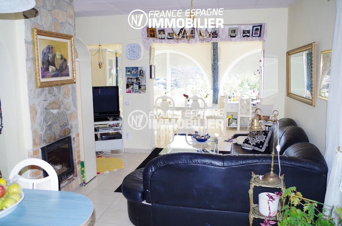 immobilier rosas espagne: villa ref.2497, le séjour avec cheminée et la salle à manger
