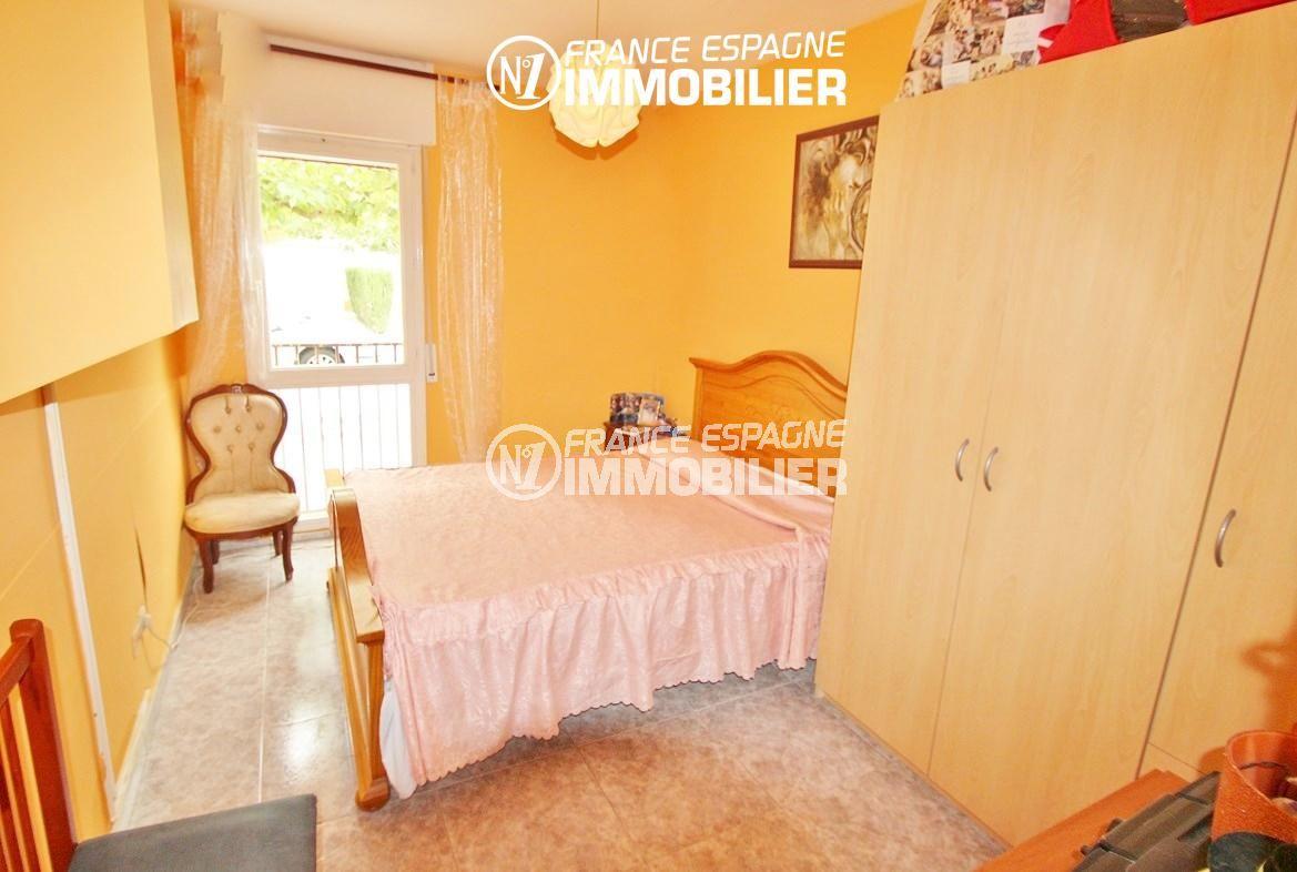 roses immobilier: villa ref.2824, première chambre avec lit double et rangements