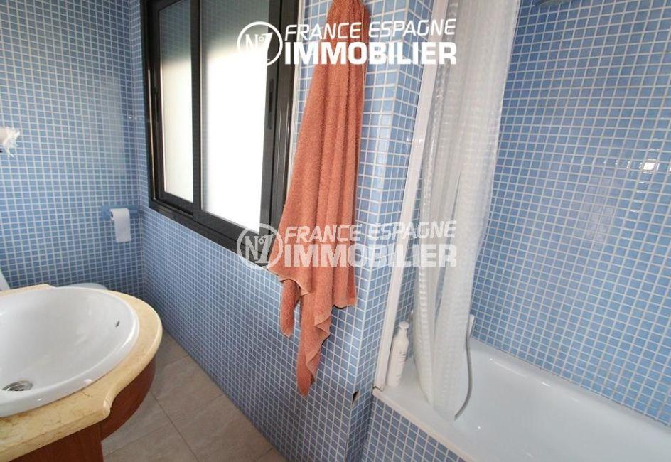 la costa brava: villa ref.2047, deuxième salle de bains avec baignoire, vasque et wc