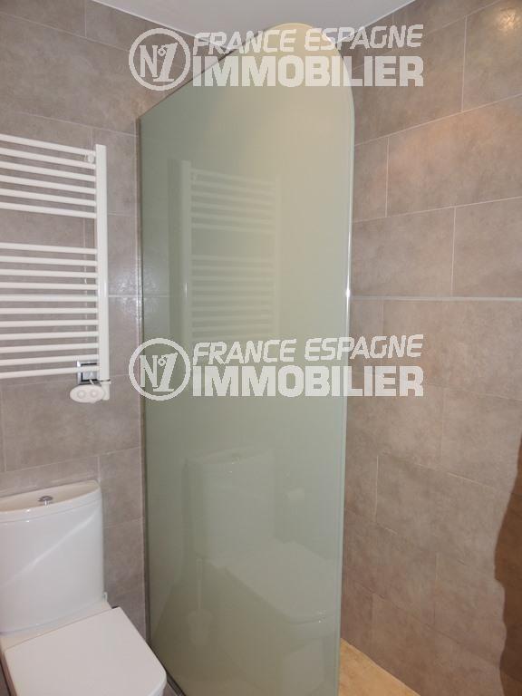 immocenter roses: villa ref.2470, salle d'eau avec une douche et toilettes