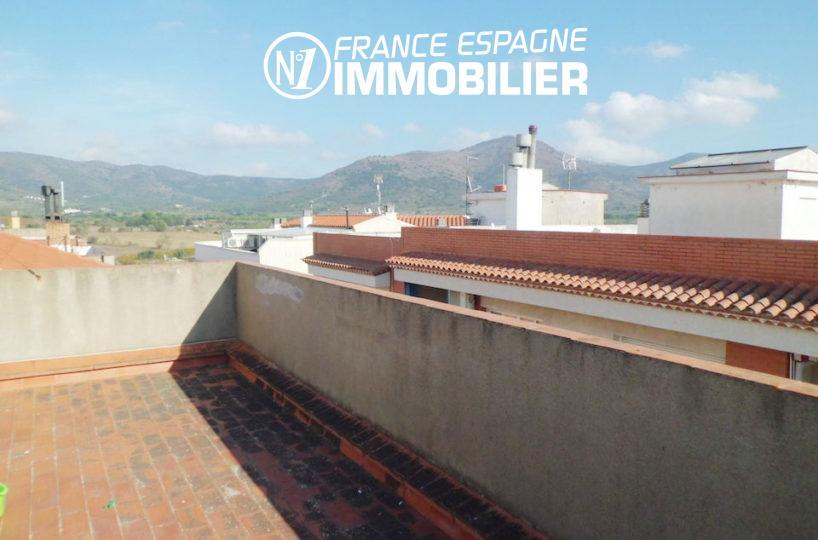 immobilier espagne costa brava: grande terrasse sur le toit vue montagnes et ville | appartement ref.1980