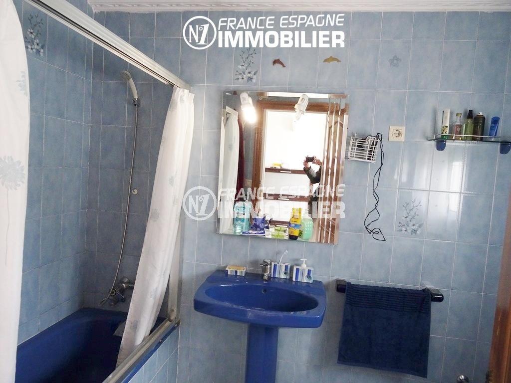 salle de bains avec baignoire, lavabo et wc | villa ref.2560