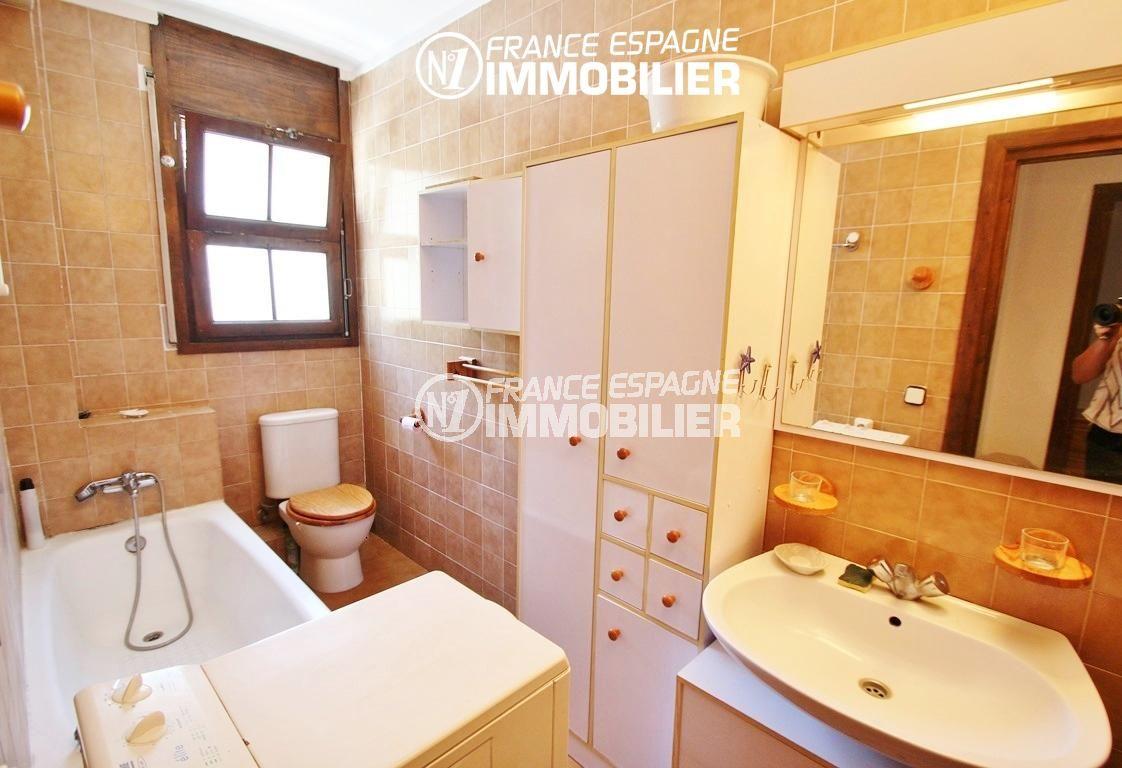 roses immobilier: villa ref.2625, salle de bain avec baignoire, meuble vasque et wc