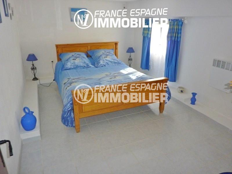 la costa brava: villa 108 m², chambre 1 lumineuse avec un lit double