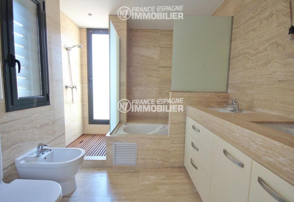 achat maison costa brava bord de mer, ref.3217, salle de bains de la suite parentale