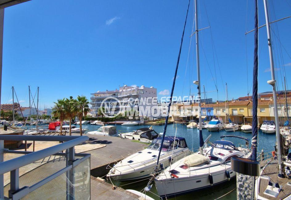 appartement rosas vente, parking, aperçu des embarcadères et voiliers depuis la terrasse