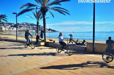 agréable promenade en vélo le long de la plage ensoleillée de roses