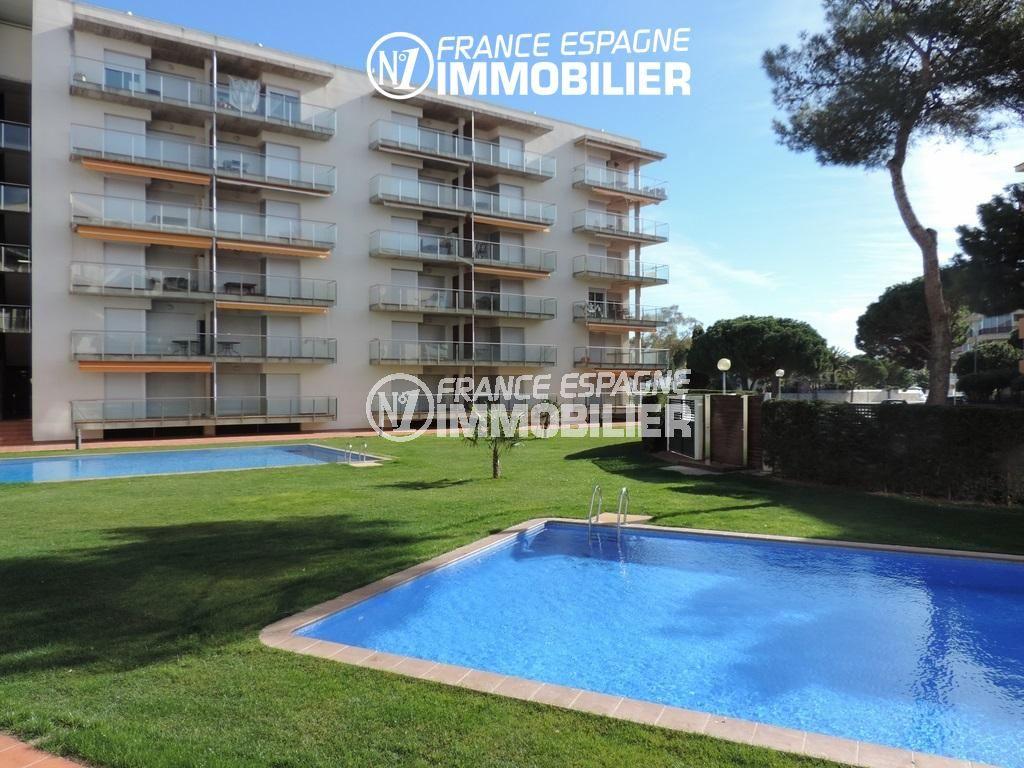 immo center rosas: appartement ref.2507, vue sur les deux piscines