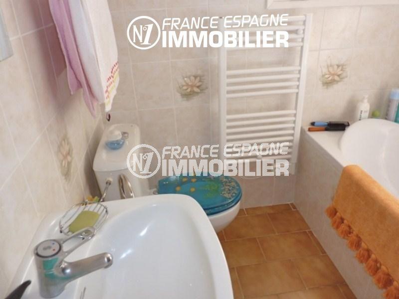 acheter maison costa brava, petit prix, salle de bains avec baignoire, lavabo et wc