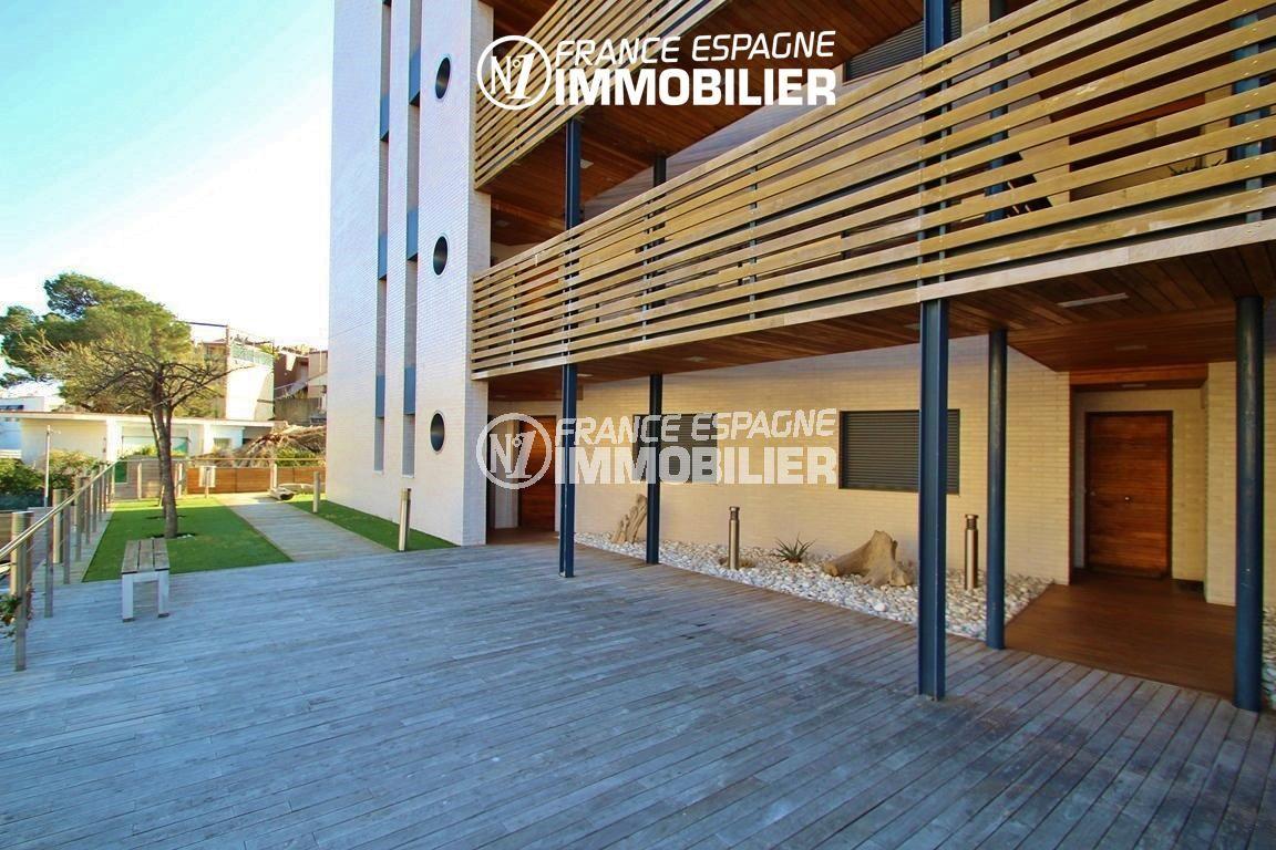 immocenter roses: appartement ref.2848, vue sur les extérieurs donnant accès à l'immeuble