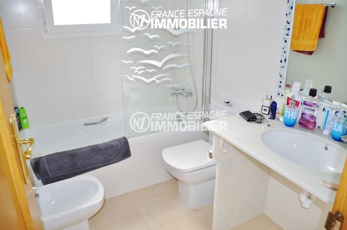vente maison costa brava, ref.2287, salle de bains: baignoire, lavabo, wc et bidet