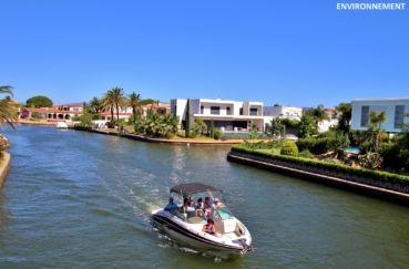 embarcation sur un bateau à moteur pour balade le long du canal d'empuriabrava