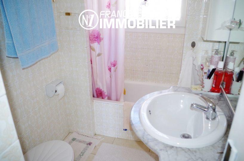 roses espagne: villa ref.2497, salle de bains avec vasque et toilettes