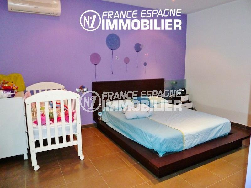 acheter maison espagne costa brava, ref.1013, première chambre: lit double avec lit bébé