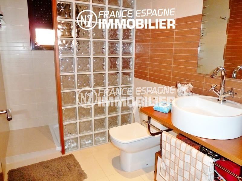 immobilier costa brava bord de mer: ref.1013, salle d'eau: douche, vasque et toilettes
