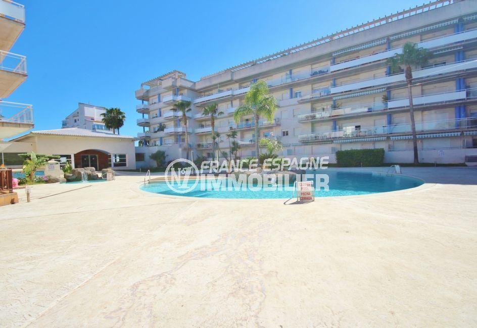 immo center rosas: appartement 58 m², vue sur la piscine communautaire et ses extérieurs