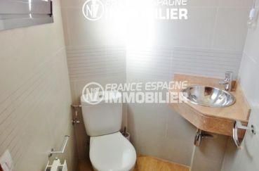achat maison costa brava, garage, aperçu des toilettes indépendantes avce lavabo
