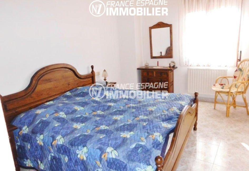 immobilier neuf costa brava espagne: villa ref.1950, première chambre, aperçu lit et fenêtre