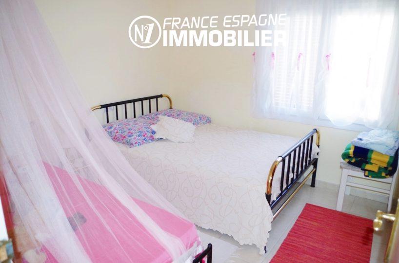 maison costa brava, ref.2497, deuxième chambre avec un lit double et un lit simple