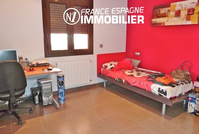 maison a vendre espagne catalogne, ref.1013, deuxième chambre: lit simple avec un bureau