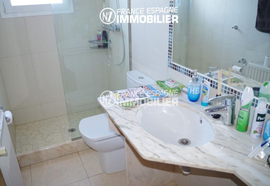 costa brava immobilier: villa ref.2287, salle d'eau avec douche, meuble vasque et wc