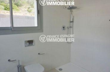 immocenter roses: villa ref.2391, salle d'eau avec douche, 2 wc et une double fenêtre