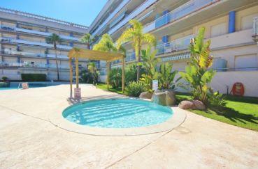 immocenter roses: appartement 58 m², aperçu du jacuzzi près de la piscine