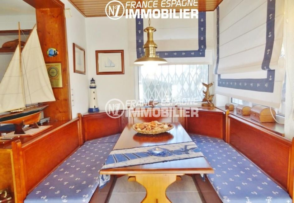 immobilier empuria brava: villa 2110, coin salle à manger cosy