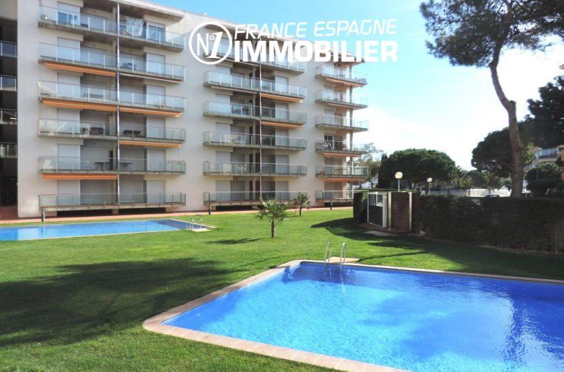 immobilier rosas: appartement ref.2117, proche plage, piscine, parking et cave privés